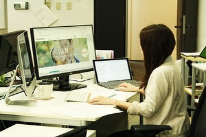 制作はモニター2台を使用、快適な制作環境が整っています。